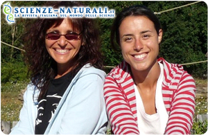 Elisabetta Palagi  (a sinistra nella foto) ed Elisa Demuru, cui si deve la ricerca sullo sbadiglio da contagio nelle comunità delle scimmie bonobo e la correlazione con i gruppi sociali umani.