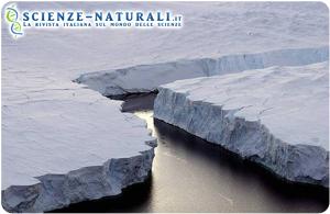 Profonde spaccature della piattaforma di ghiaccio in Antartide (fonte NASA)