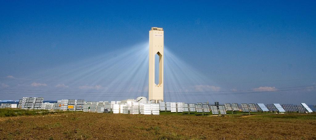La torre PS10, il primo impianto solare commerciale di Sanlùcar la Mayor