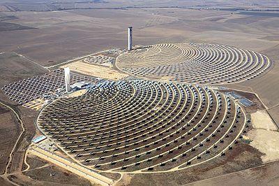 Area solare Solucar, in Andalusia, con le torri PS10 (a sinistra) e PS20 (a destra)