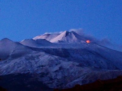 Versante sud-orientale dell'Etna. In evidenza la bocca alla base orientale del cono del cratere di Sud-est vista da Trecastagni, durante l'eruzione del gennaio 2010.