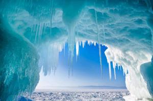 Grotta della Siberia sul lago Baikal. Dalla volta pendono le suggestive stalattiti di ghiaccio la cui crescita  viene alimentata da acqua piovana (scarsa, però, in queste zone) o da acqua di fusione del ghiaccio che gocciola a seguito di rialzi della temperatura atmosferica (da: Sciencedaily)