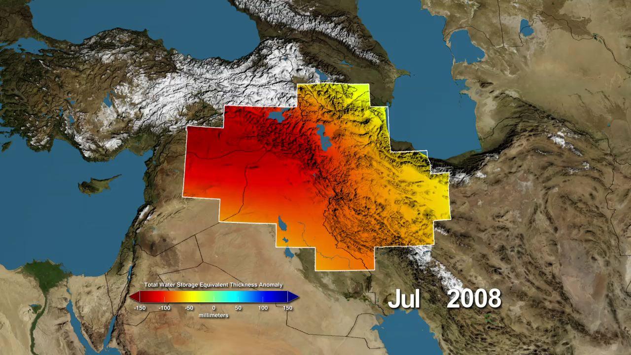 Le variazioni di stoccaggio di acqua dal normale, in millimetri, dei bacini idrografici del Tigri e dell'Eufrate, secondo le misurazioni dei satelliti del Gravity Recovery Experiment della NASA e del clima (GRACE) da gennaio 2003 al dicembre 2009. Le aree rosse rappresentano condizioni asciutte, le aree blu le condizioni più umide. La maggior parte della perdita d'acqua è dovuta alle attività umane. La misurazione periodica della gravità locale segnala agli scienziati le modifiche nel tempo delle scorte d'acqua di una determinata regione (fonte: NASA)