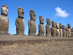 I moai dell'Isola di Pasqua nella loro collocazione più diffusa, schierati in una lunga fila e rivolti al mare (da Wikipedia)
