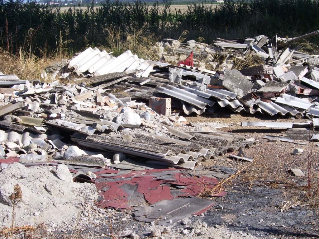 Un esempio di discarica abusiva di amianto