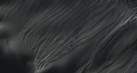 """Immagine dei """"calanchi lineari"""" trasmessa dalla fotocamera ad alta risoluzione HiRISE del satellite Mars Reconnaissance Orbiter della NASA (fonte: NASA / JPL Caltech / Università della Arizona)"""