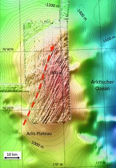 Mappa batimetria del Plateau Arlis con le tracce lasciate dalle antiche calotte glaciali. La freccia indica la direzione dello scorrimento (fonte: Frank Niessen, Alfred Wegener Institut)