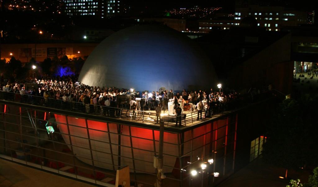 """Foto del Planetario di Medellin nella sua inaugurazione, la cupola è la sala cinematografica nel cui interno vengono trasmessi """"viaggi"""" alla scoperta dell'universo e dell'astronomia."""