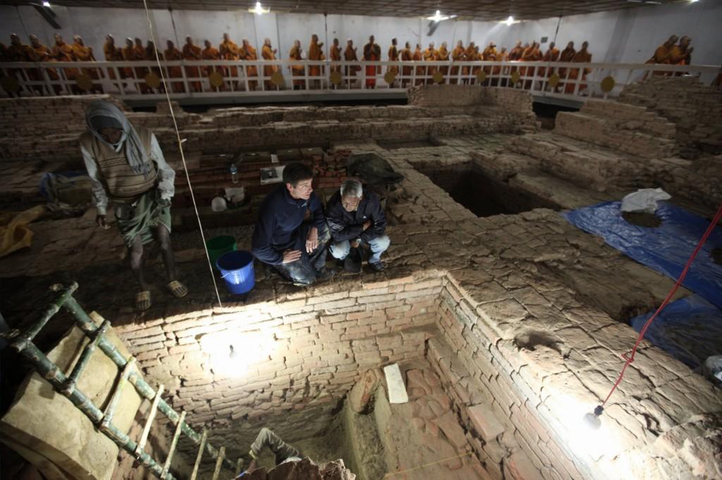 Gli archeologi Robin Coningham (a sinistra) e Kosh Prasad Acharya scavi diretti ai Maya Devi Temple, scoprendo una serie di antichi templi contemporanee con il Buddha. Monaci thailandesi meditare. (Credit: Ira Block / National Geographic)