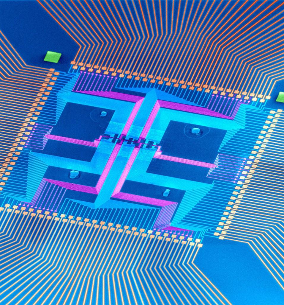 La macchina a stato finito con nanofilo (in colori falsati) costruita da nanofili assemblati, occupa la piccola regione centrale del chip insieme alle altre caratteristiche corrispondenti alle linee metalliche usate per il rodaggio del sistema integrato. Credit: Jun Yao and Charles Lieber, Harvard University.