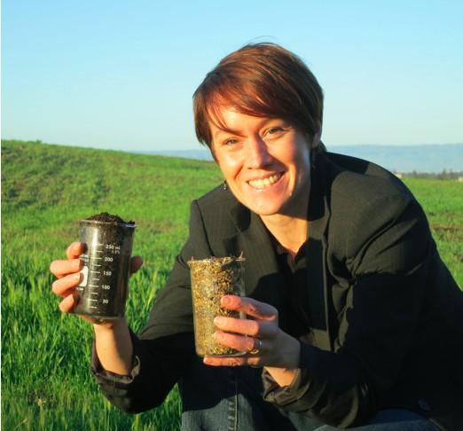 Kate Maher della Stanford University regge due tipi di terreno diversi. Il terreno a sinistra è giovane, scuro, e composto da minerali chimicamente più reattivi. Il campione a destra è vecchio e composto da minerali meno reattivi, quali le argille. Credit: Matthew Rothe