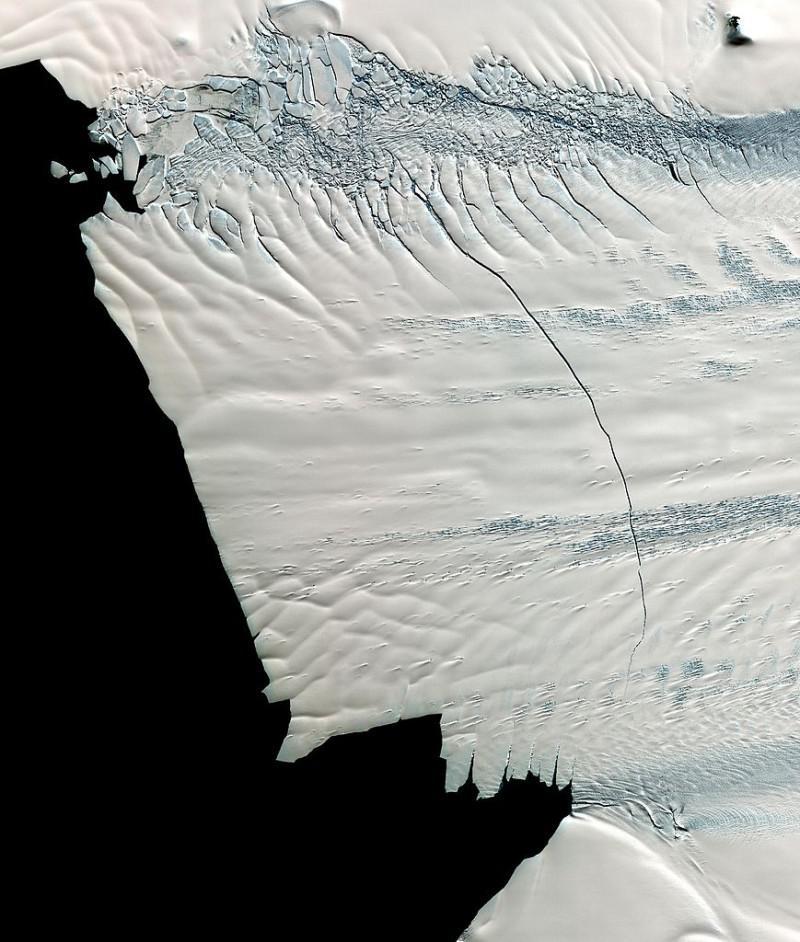 L'immagine satellitare del Pine Island Glacier mostra una frattura del ghiaccio lunga 18 miglia. I ricercatori misurano costantemente le fratture del ghiaccio per calcolare l'accelerazione annua e quindi la velocità di avanzamento del ghiacciaio (credit: NASA)