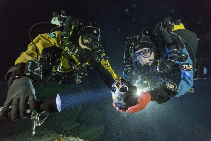 Due ricercatori del team trasportano il cranio rinvenuto nella profonda dolina di Hoyo Negro, nella penisola dello Yucatan, Messico (credit: Paul Nicklen / National Geographic)
