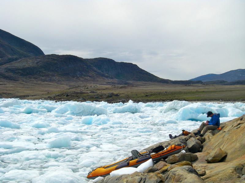Campionatura dei sedimenti portati dal ghiaccio che riempie un fiordo della Groenlandia centro-occidentale (credit: Oregon State University)