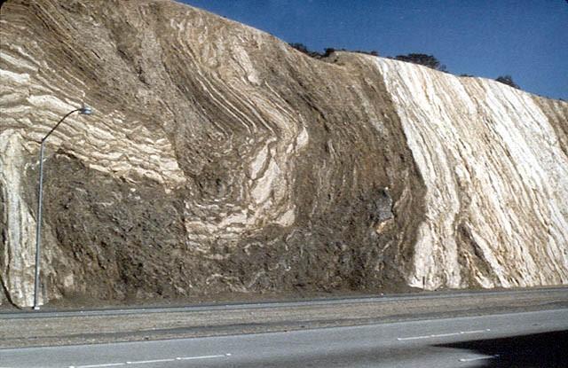 Deformazioni da attività tettonica. Passo Cajon. Faglia di Sant'Andrea, California. Fonte: earthguide.ucsd.edu