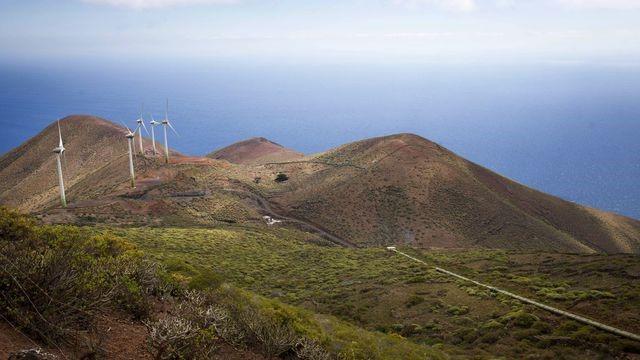 Immagine 1: Le turbine degli impianti eolici ibridi nell'isola di El Hierro - afp.com/DESIREE MARTIN, 2016